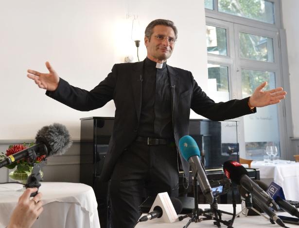 Padre Krysztof Olaf Charamsa, que trabalha no escritório do Vaticano, revelou a sua homossexualidade em entrevista para a imprensa