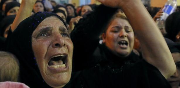 26.mai.2017 - Parentes de vítimas de atentado que matou 28 cristãos coptas choram em funeral em Minya, no Egito