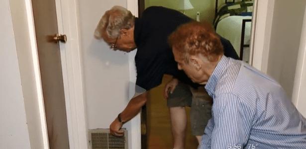20.jun.2017 - Jerry Lynn mostra por onde o despertador caiu e ficou preso na parede