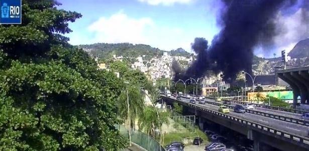 Morares ateiam fogo a ônibus na saída do viaduto Santa Bárbara, vizinho ao sambódramo