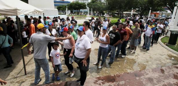 16.jul.2017 - Pessoas fazem fila para votar em plebiscito em Maracaibo, na Venezuela