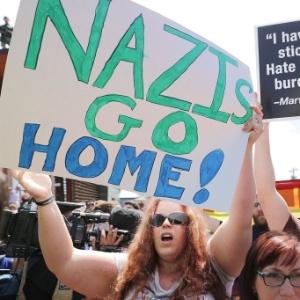 e23574b76 Protesto contra neonazistas um dia depois do confronto em Charlottesville