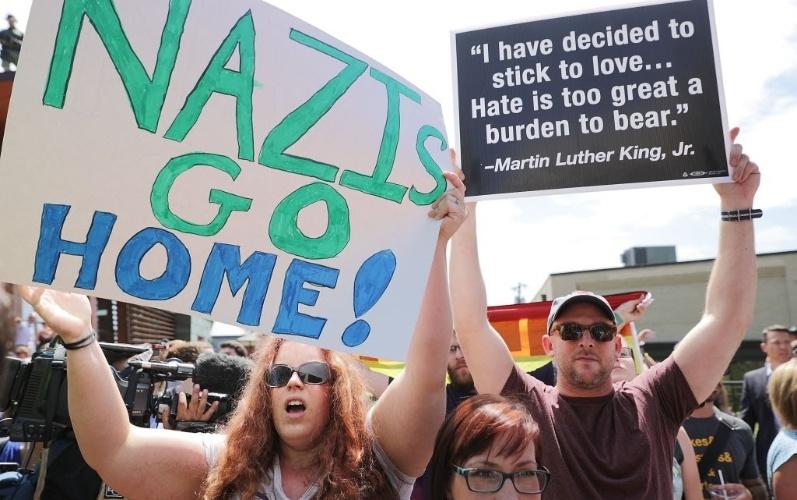 13.ago.2017 - Manifestantes antiracistas protestaram neste domingo, em Charlottesville, na Virgínia (EUA), contra neonazistas e nacionalistas brancos após uma mulher ser morta em um atropelamento em massa no dia anterior