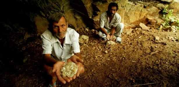 Trabalhadores mostram amianto em túneis de antiga mina - Juca Varella/Folhapress. Digital