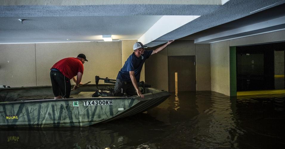 29.ago.2017 - Homens procuram por vítimas em estacionamento inundado em Houston, Texas