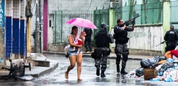 2.set.2017 - Mãe e filha ficam no fogo cruzado entre a PM e traficantes da Rocinha, favela da zona sul