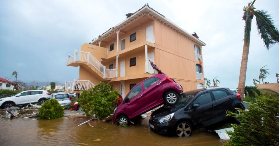 6.set.2017 - Carros ficaram empilhados em estacionamento de condomínio em Margot, em São Martinho