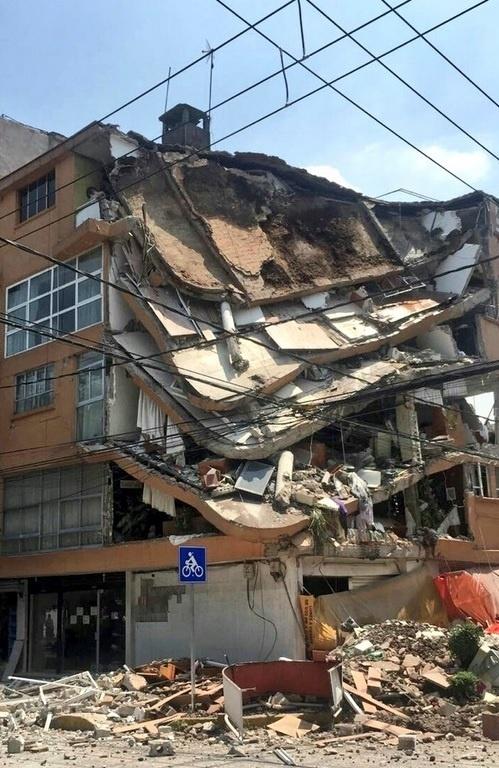 19.set.2017 - Prédio é totalmente destruído após terremoto de magnitude 7.1 atingir a Cidade do México