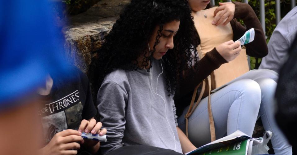 5.nov.2017 - Estudantes aproveitam minutos antes da abertura dos portões do Enem, na Univove, na zona oeste de São Paulo, para revisar o material estudado