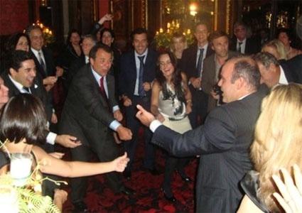 O ex-governador Sérgio Cabral dança com Wilson Carlos