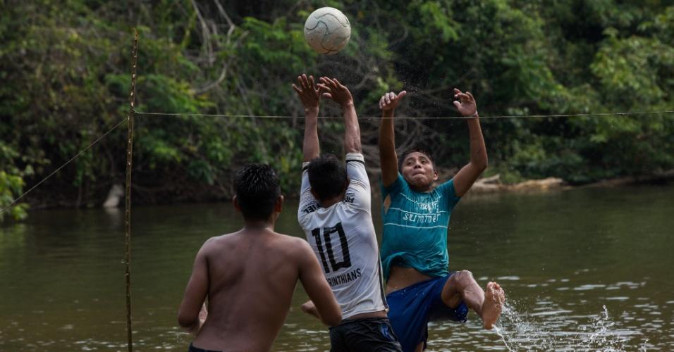 1º.dez.2017 - Jovens indígenas utilizam a parte mais seca do rio Cateté para a prática de esportes