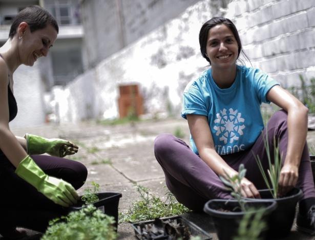 Voluntários como a gerente Andréa de Castilho Albero ajudam a fazer melhorias em ocupação em São Paulo