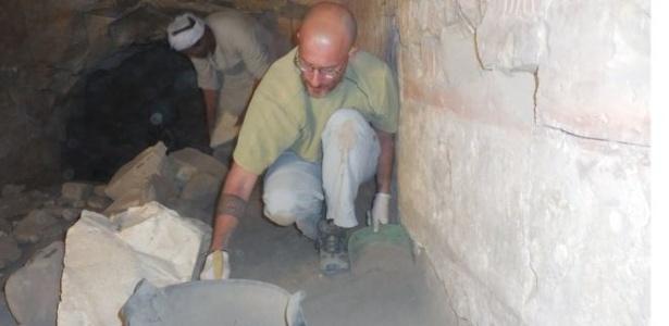 Equipe trabalha em escavação de tumba - custos estão sendo bancados pelos próprios pesquisadores