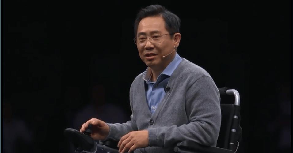 Eui suk chung , chefe de P&D de software da Samsung, apresentou de cadeira de rodas as funções dos novos celulares.