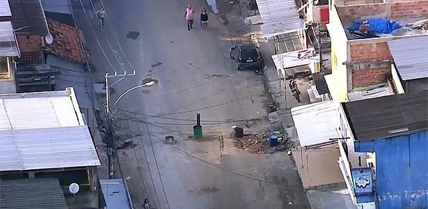 A avenida Marrocos, na Vila Kennedy, amanheceu com novo bloqueio nesta segunda (5) - Reprodução/TV Globo