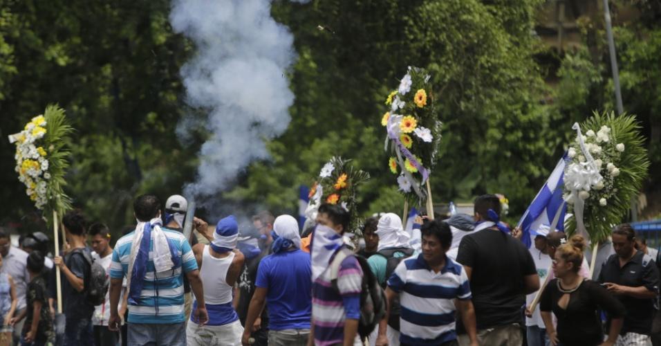 16.jul.18 - Amigos e familiares protestam durante o velório do estudante Gerald Vasquez, morto pela polícia durante as manifestações