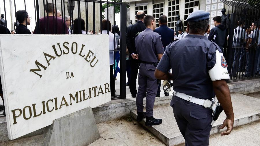Mausoléu da PM, no cemitério do Araçá, em SP, durante o Dia dos Finados - Aloísio Mauricio/Fotoarena/Estadão Conteúdo