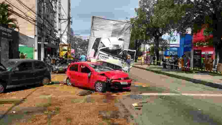 11.fev.2019 - Acidente em Niterói (RJ) envolve carro e caminhão - Luís Cesar Silva