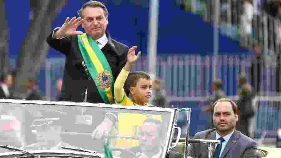 O presidente Jair Bolsonaro participa do desfile de 7 de Setembro com o filho Carlos e o menino Ivo Cesar - Pedro Ladeira/Folhapress
