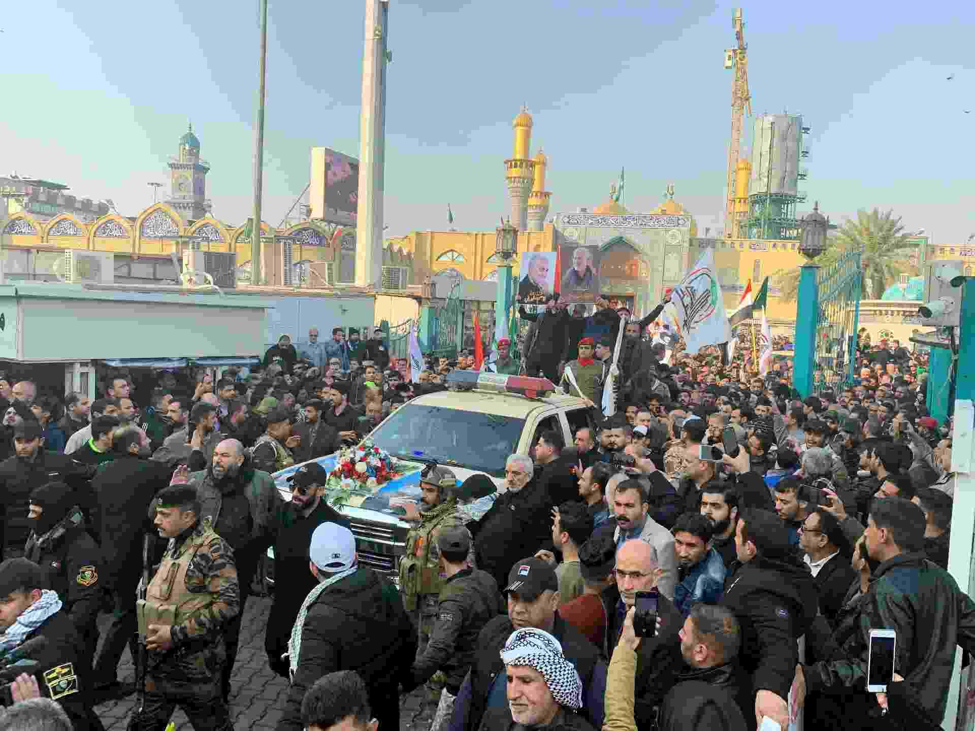 Multidão acompanha o funeral do comandante militar iraquiano, Abu Mahdi al-Muhandis, e  do general iraniano Qasem Soleimani eem Bagdá - WISSM AL-OKILI/REUTERS