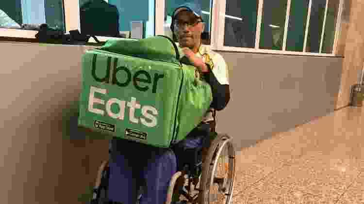 Luciano na recepção de um prédio na Paulista onde fez mais uma entrega - Vinícius Lemos/BBC News Brasil - Vinícius Lemos/BBC News Brasil