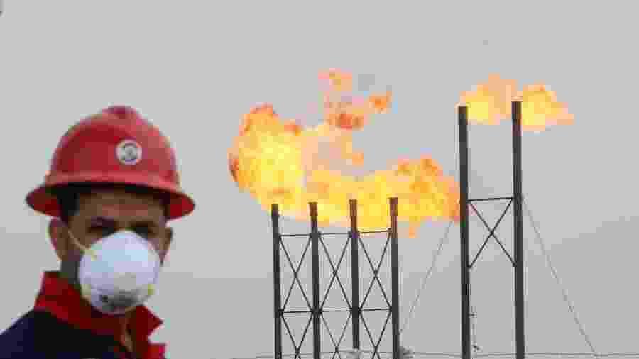 Trabalhador utiliza máscara de proteção em campo de petróleo em Basra, Iraque - Dado Ruvic