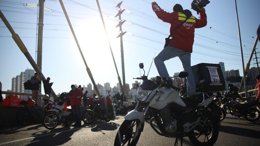 Entregadores de aplicativos se reúnem na Ponte Estaiada, zona sul de São Paulo, para protestar contra a precarização do trabalho e reivindicar reajustes (1/6/2020) - Danilo M Yoshioka/ Futura Press/ Estadão Conteúdo