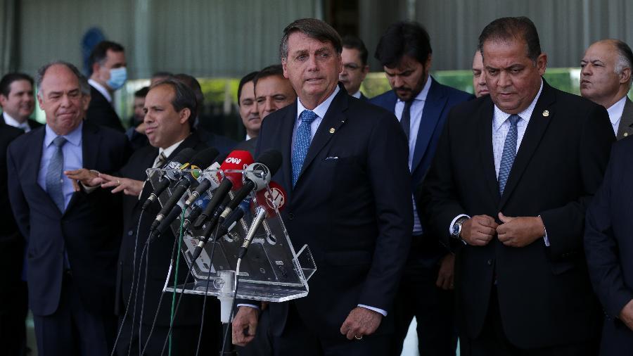 O presidente Jair Bolsonaro ao lado de ministros e líderes do governo e partidários durante entrevista sobre Renda Cidadã; reformulação à vista - Pedro Ladeira/Folhapress