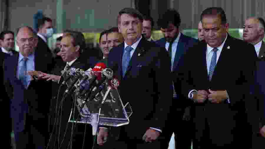 28.set.2020 - O presidente Jair Bolsonaro, ao lado de ministros e líderes no Congresso, durante entrevista coletiva - Pedro Ladeira/Folhapress