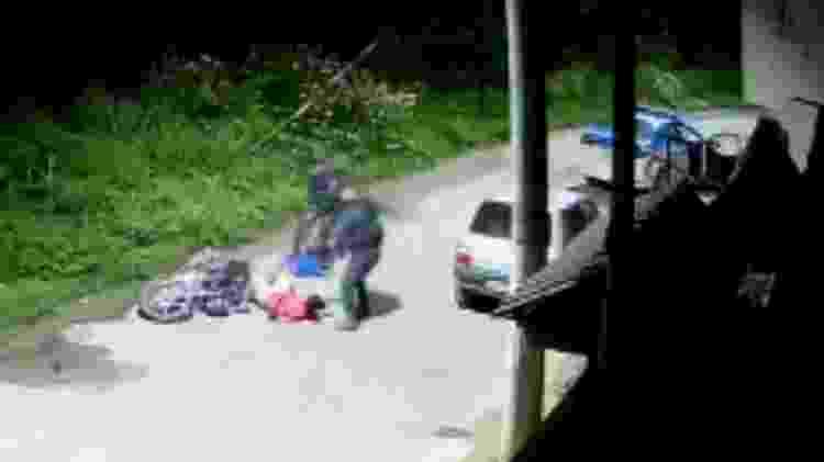 Câmera flagra PM atirando em jovens negros em blitz em Belford Roxo (RJ) na madrugada de sábado (12). Em seguida, eles são levados em uma viatura. Corpos aparecem em outro bairro da cidade com sinais de tortura - Reprodução - Reprodução