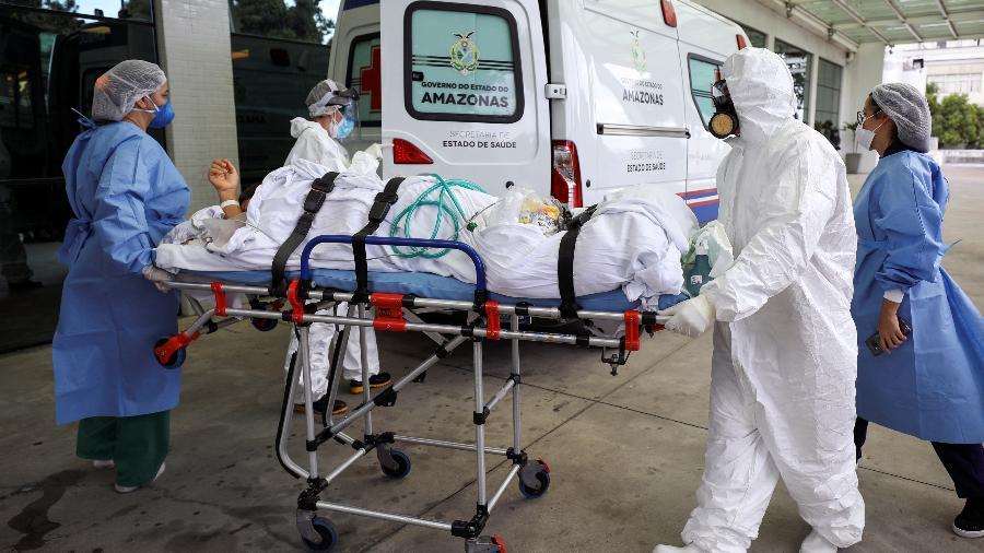14 jan. 2021 - Médicos chegando ao Hospital Getulio Vargas, em Manaus, com paciente infectado pelo novo coronavírus  - BRUNO KELLY/REUTERS