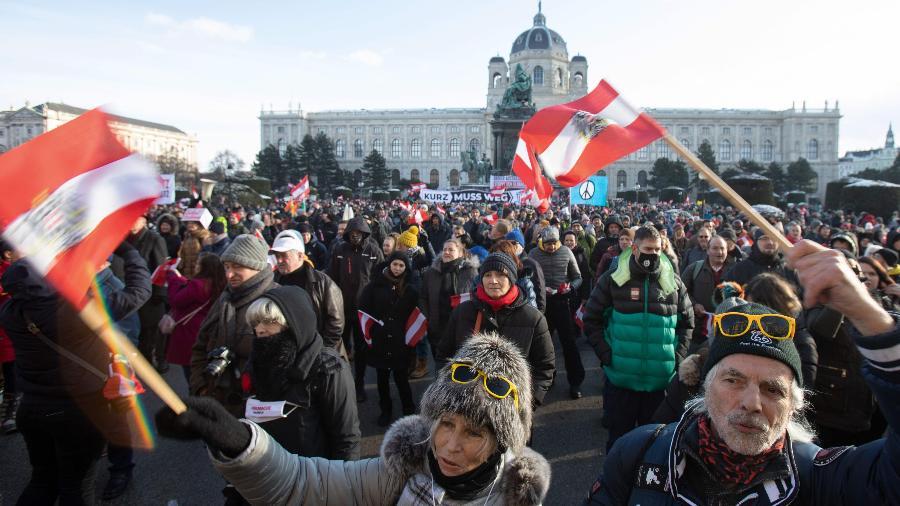 Manifestação de 10 mil pessoas contra o uso de máscaras em Viena - ALEX HALADA/AFP