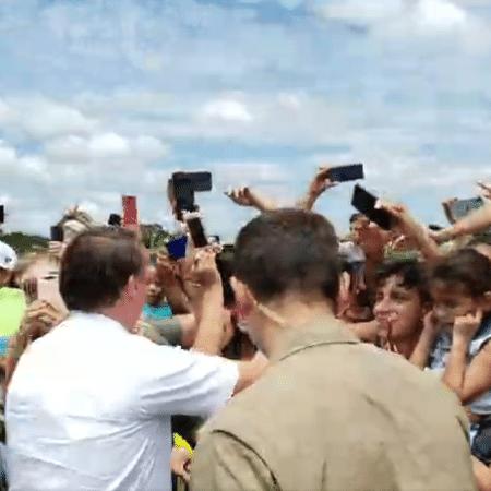 Sem máscara, o presidente Jair Bolsonaro cumprimentou apoiadores em São Francisco do Sul - 13.fev.2021 - Reprodução/Facebook