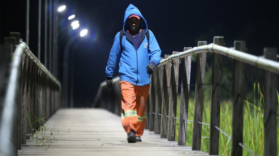 Frio na madrugada de Sao Paulo. Segundo meteorologistas, a temperatura devera bater em 0ºC nesta madrugada. Pedestre em passarela no bairro Barragem. (Rivaldo Gomes/Folhapress, NAS RUAS) - Rivaldo Gomes/Folhapress
