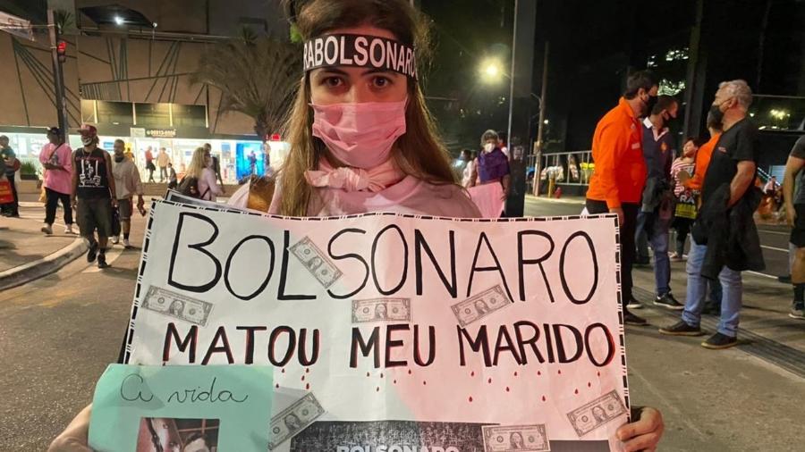 A professora Flávia Rossi de Melo, que perdeu o marido para a covid, participou da manifestação contra Bolsonaro na avenida Paulista - Herculano Barreto Filho/UOL