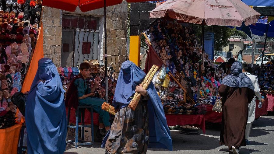 23.ago.2021 - Mulheres afegãs vestidas de burca fazem compras em uma área de mercado em Cabul, após a tomada militar do país pelo Talibã - Hoshang Hashimi/AFP