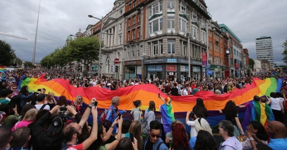 27.jun.2015 - Ativistas participam da Parada do Orgulho Gay em Dublin, na Irlanda, neste sábado (27)