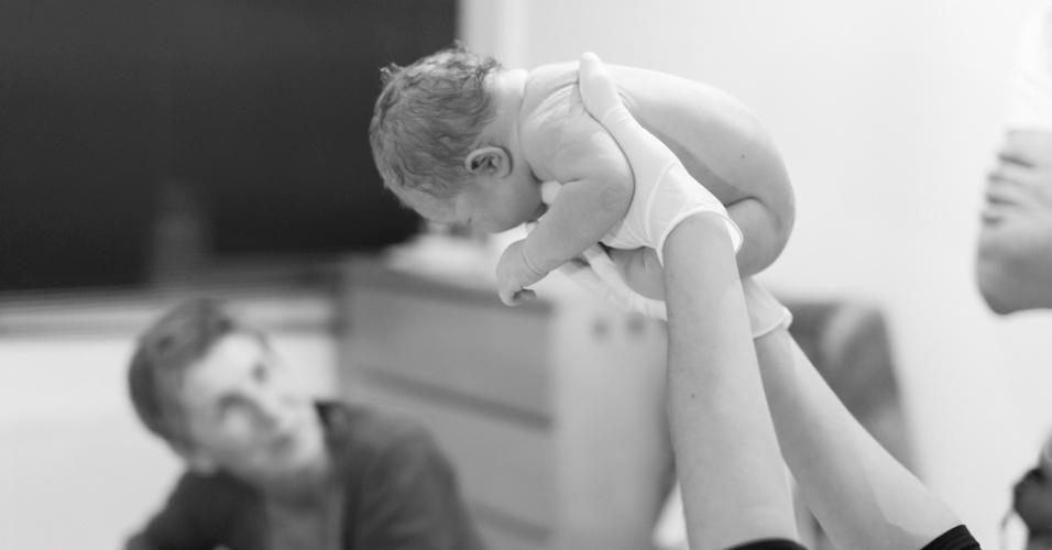 """15.set.2015 - Ela conta que as fotos que hoje fazem parte do projeto """"Baby in the Womb"""" (ou Bebê no Útero, em tradução livre) começaram a ser feitas em 2011 quando, ao registrar o seu primeiro parto, uma parteira decidiu mostrar aos pais como o recém-nascido ficava dentro do útero e ela registrou a ação"""