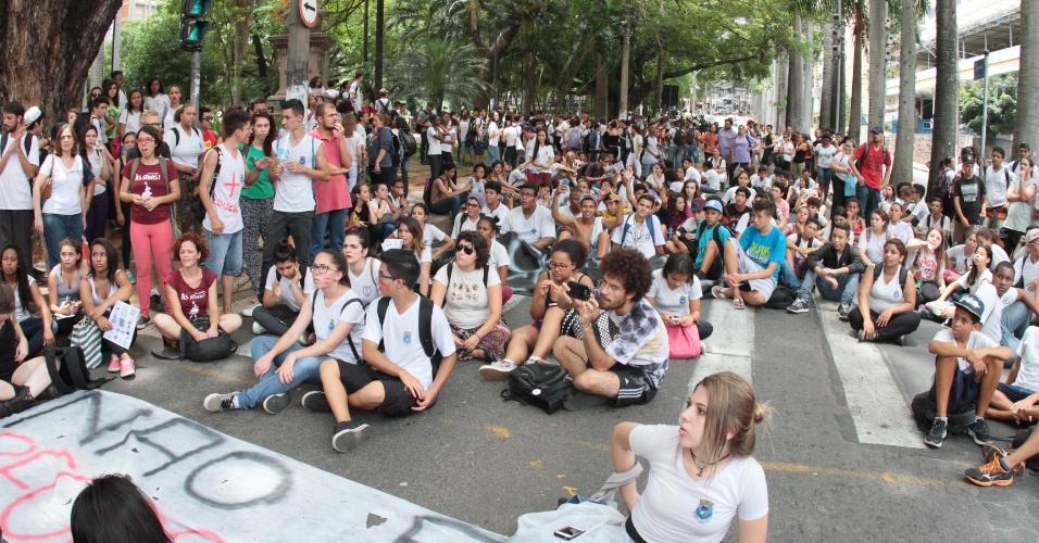 13.nov.2015 - Alunos das escolas estaduais Carlos Gomes e Francisco Glicério, de Campinas, realizam uma passeata pelas ruas do centro da cidade, nesta sexta-feira (13), em protesto contra a reorganização escolar proposta pelo Governo do Estado