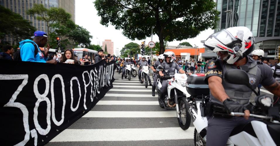 19.jan.2016 - Manifestantes se concentram no cruzamento da avenida Brigadeiro Faria Lima, na zona oeste de São Paulo, para ato contra aumento da tarifa do transporte público nesta tarde. Cerca de 30 motos policiais e 20 carros da Polícia Militar acompanhavam o protesto