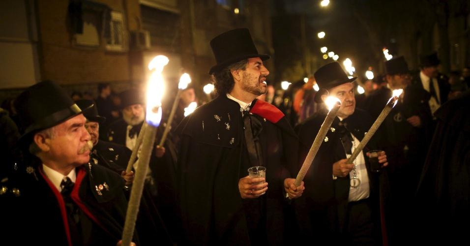 """10.fev.2016 - Foliões """"em luto"""" participam do """"O Enterro da Sardinha"""", uma espécie de funeral em que se """"enterra"""" o Carnaval, marcando o fim das festividades, em Madri, na Espanha. Eles carregaram um caixão com uma sardinha falsa pelas ruas para celebrar o início da Quaresma"""
