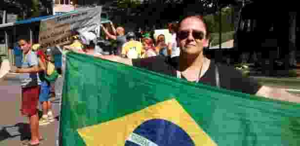 A cozinheira Renata Lutti, 50, participa de ato anti-Dilma que bloqueou um trecho da avenida Nove de Julho - Marcelo Freire/UOL