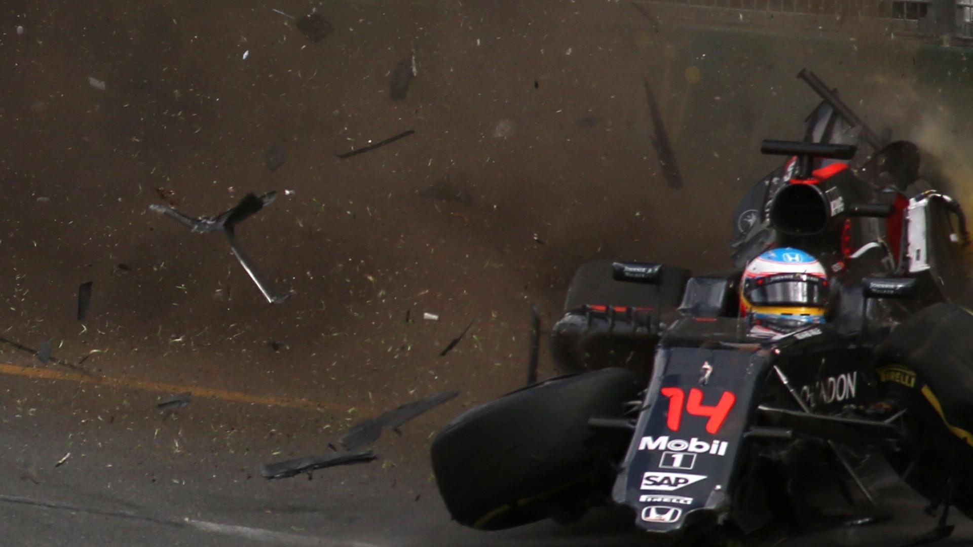 20.mar.2016 - Um acidente que destruiu completamente a McLaren Honda do piloto espanhol Fernando Alonso marcou o Grande Prêmio da Austrália de Fórmula 1, o primeiro da temporada. Alonso saiu ileso do episódio, mas a corrida chegou a ficar paralisada por 20 minutos. A prova foi vencida por Nico Rosberg, da Mercedes. O brasileiro Felipe Massa foi o quinto colocado, enquanto Felipe Nasr terminou em 15º