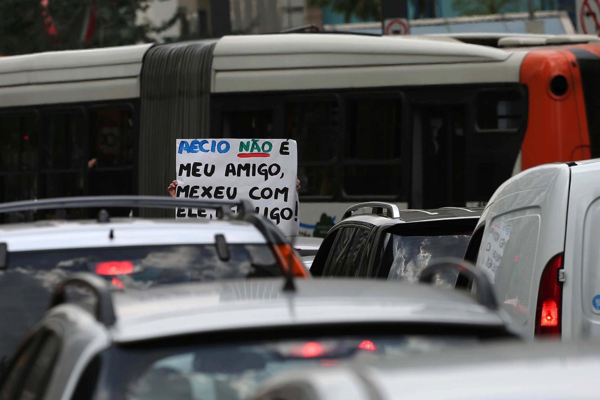 23.mar.2016 - Manifestante levanta cartaz na Av. Paulista em protesto ao senador Aécio Neves (PSDB).