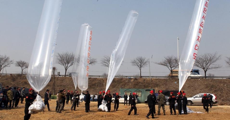 28.mar.2016 - Ativistas sul-coreanos preparam o lançamento de grandes balões de ar que levarão para a Coreia do Norte panfletos anti-Pyongyang