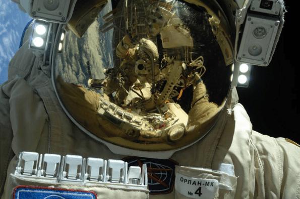 SELFIE NO ESPAÇO - O cosmonauta russo Sergei Ryazansky compartilhou em sua rede social uma selfie no espaço em comemoração aos 55 anos da primeira viagem tripulada, liderada pelo compatriota Yuri Gagarin