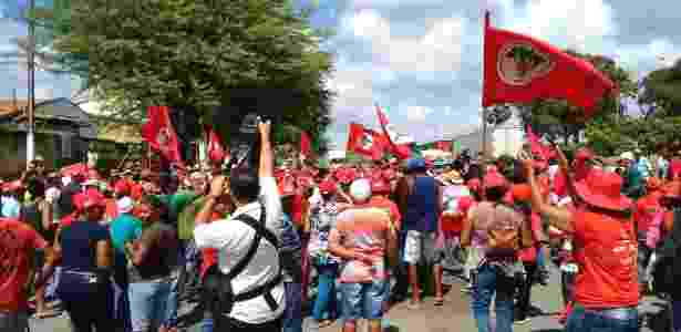 15.abr.2016 -  Integrantes do MST protestam em defesa da reforma agrária na altura do quilômetro 77 da BR- 101, nas proximidades do Povoado Pedra Branca, em Sergipe - Antonio Carlos Garcia/Estadão Conteúdo