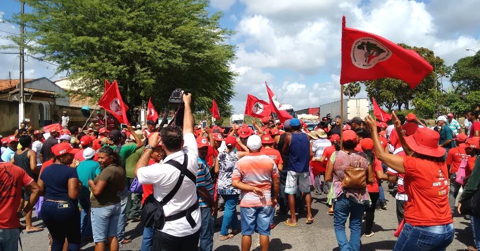 15.abr.2016 -  Integrantes do MST protestam em defesa do governo Dilma e da reforma agrária na altura do quilômetro 77 da BR- 101, nas proximidades do Povoado Pedra Branca, em Sergipe