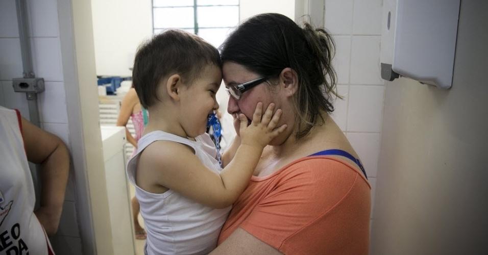 """20.abr.2016 - """"Trago meus filhos em todas as campanhas de vacinação, é muito importante. Nesse ano o surto de gripe veio antes, então as mães tem que tomar mais cuidados"""", afirma Jesiane Nascimento, que levou o filho Lucas para tomar vacina contra gripe na UBS no bairro do Bom Retiro, em São Paulo"""