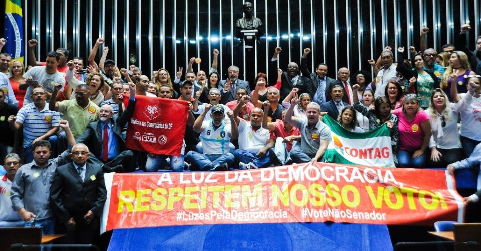 2.mai.2016 - Trabalhadores se manifestam contra o processo de impeachment da presidente Dilma Rousseff após sessão especial em comemoração ao Dia Mundial do Trabalhador